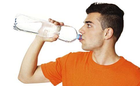 晚上总是口渴是什么原因 口渴的原因有哪些 总是口渴怎么回事